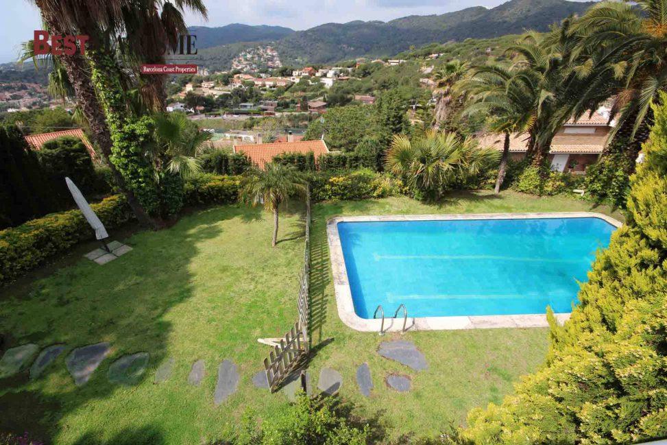 Chalet rodeado de plantas y palmeras con piscina en for Piscina municipal mataro
