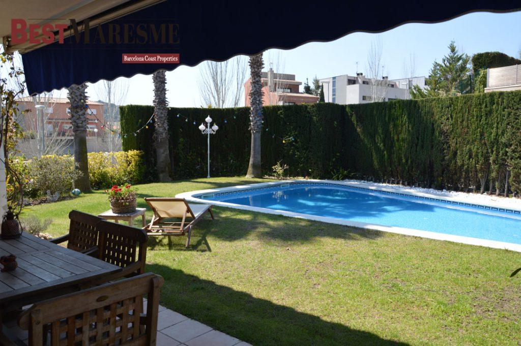 Chalet de estilo mediterr neo en tiana con piscina de agua for Piscina de tiana