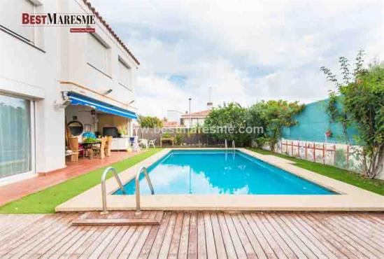 Fantastic semi detached house in alella with pool best for Piscina municipal tiana