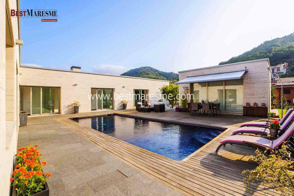 Designer villa for sale in vallromanes near the best golf for Piscina municipal premia de mar