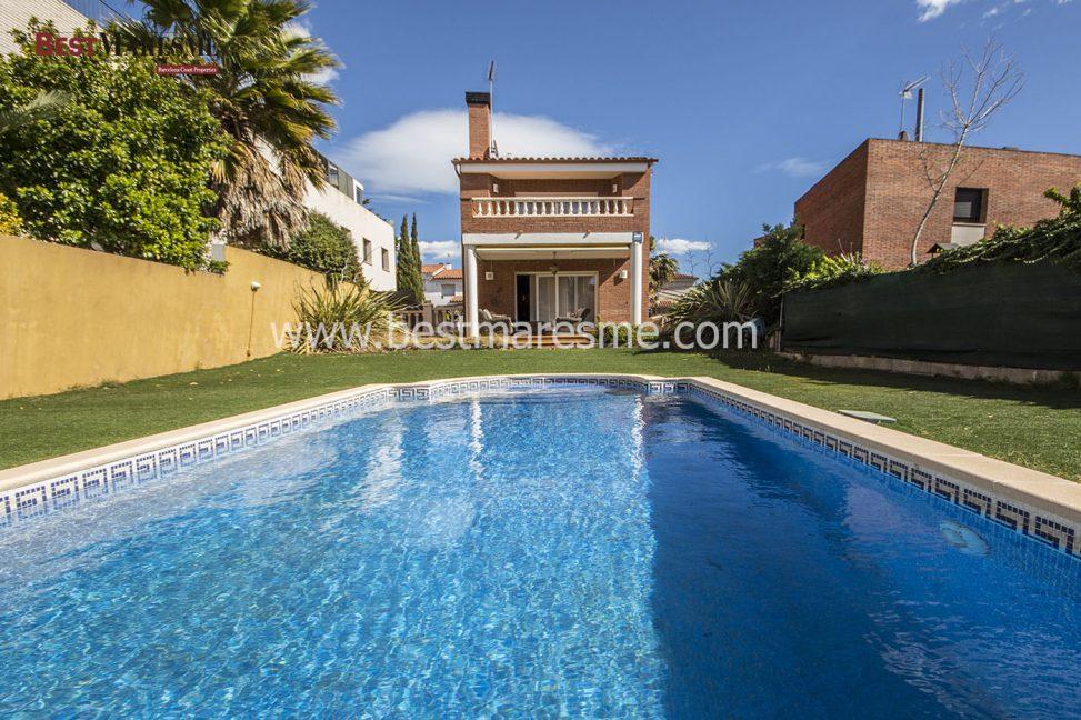 Casa en parcela plana con piscina en el masnou best maresme for Piscina masnou
