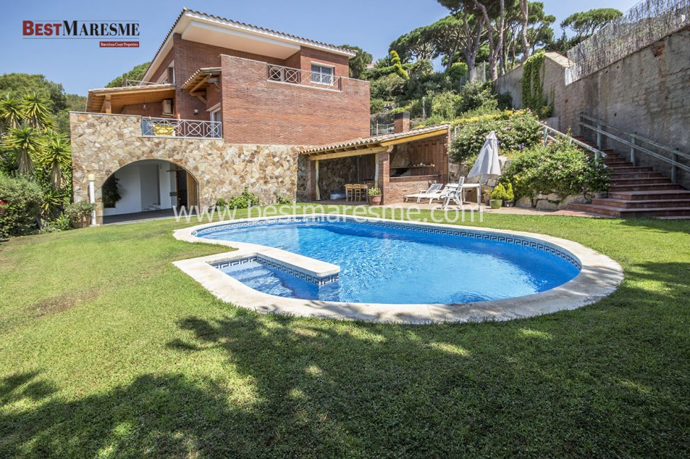 House with sea views garden and pool in cabrils best for Piscina municipal tiana
