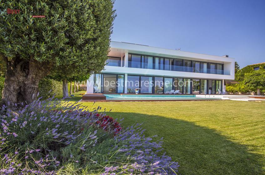 Exclusiva casa de estilo moderno ubicada en una de las más prestigiosas urbanizaciones en Sant Vicenç de Montalt.