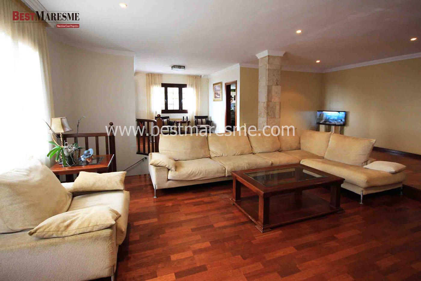La propiedad cuenta con una vivienda principal y una vivienda de invitados anexa