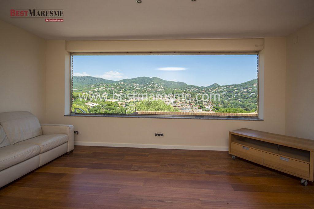 Gran salón con enorme ventanal panorámico