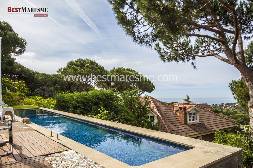 Terraza de teca y piscina con fantásticos vistas al mar