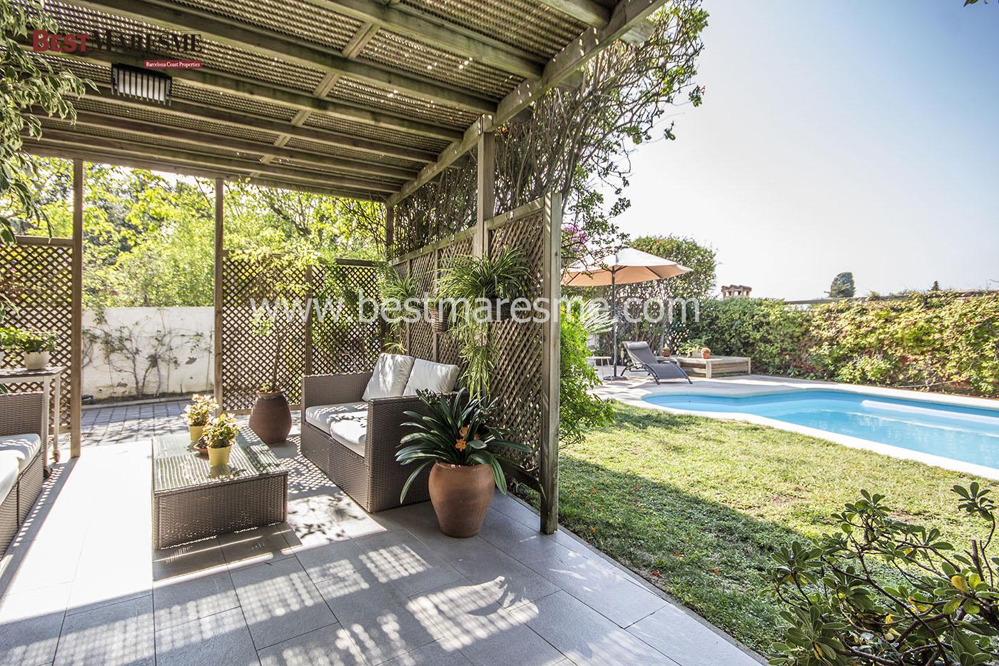 Elegante porche y piscina