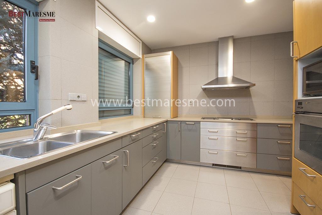 Cocina con zona de comedor y lavadero independiente