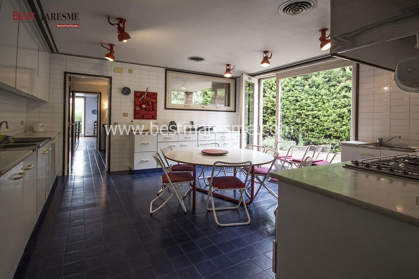Cocina office con salida a terraza con barbacoa