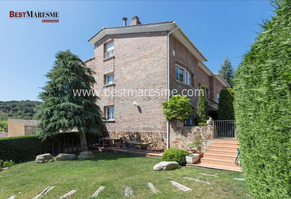 Casa a la venta en Alella con gran zona comunitaria, rodeada de montañas, ajardinada y con piscina.