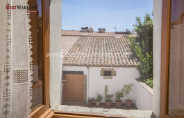 Traditional village house for sale in the historic center of Argentona.