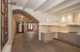 Wonderful renovated town house with good taste and preserving all the charm.