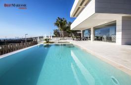 Las espectaculares vistas al mar desde el interior de la casa y desde el jardín a través de la piscina desbordante son un placer único.