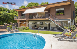 Beautiful property for sale in Argentona's center.