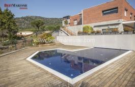 Ubicada dentro de un recinto privado para 5 vecinos, con ajardinamiento y piscina privada