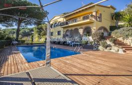 Casa mediterránea, luminosa y amplia con magnifica piscina y gran jardín. Dispone de licencia turística.