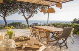 Exquisida casa en venda amb estil únic i panoràmiques vistes al mar situada en el centre de població Cabrera de Mar