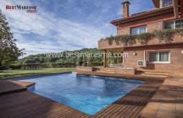 Villa única e incomparable en venta en Teia, sorprende por su arquitectura y  privacidad.