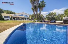 Luxe, tranquillité et beaucoup d'intimité à Teià, sur un terrain de 6 200 m2 avec piscine intérieure et court de paddle-tennis.