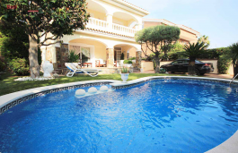 Acollidora casa de luxe al centre de Premià de Mar, situada a 1 minut de la mar, del club nàutic i de l'estació de tren.