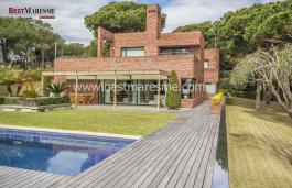 Fantástica propiedad de lujo, de 2 plantas, moderna y espaciosa, situada cerca del centro de la población de Sant Andreu de Llavaneres