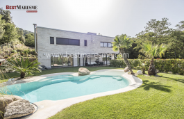 Built on a flat plot of 1,392 m2 with spectacular mountains views.