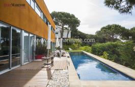 Toutes les espaces de cet étage ont un accès direct à la terrasse en teck et la piscine avec vue sur mer