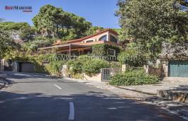 Элегантный дом с необыкновенным шармом, расположен в одном из самых красивых и спокойных районов побережья всего в 20 минутах от Барселоны