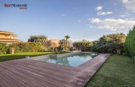 Elegante y lujosa propiedad de 550m2, construida en el año 2.000, sobre una amplia parcela ajardinada de 1.000 m2