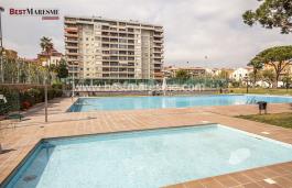Piso de 134 m2 con terraza, reformado, con vistas al mar y gran zona comunitaria en Vilassar de Mar.