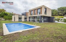 Excel·lent casa d'estil modern amb 400 m2 construïts i 900 m2 de parcel·la situada en una prestigiosa zona residencial de Sant Vicenç de Montalt.