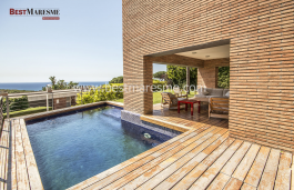 With a constructed area of 565 m² and spectacular sea views