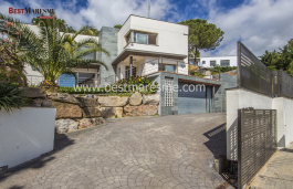 Spectacular house built in 2005, Contemporary and straight line design with large windows