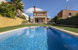 Detached house located in a residential area of El Masnou, near the center and making it easier having shops close and at the same time located in a quiet area.