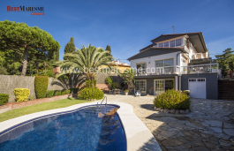 A few minutes from the town center. It has a spectacular barbecue in the garden with pool