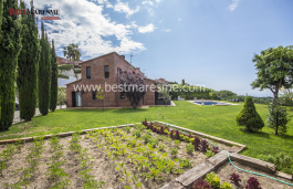 A Mediterranean private house. It is exclusive and located in an urbanization with private concierge! Sant Vicenç de Montalt