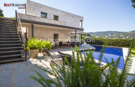 Design House having a nice garden, pool and bbq area. Beautiful mountain views, only 3 minutes walk to the village