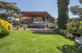 Luxury, tranquility and a lot of privacy in Cabrera de Mar on a 3426 m2 plot with magnificent sea views.
