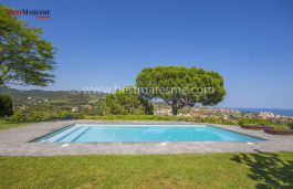 Spacious and elegant house built on a double size plot having spectacular views. It is located in the most exclusive area of Alella, just 15 km from the center of Barcelona.