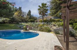Grand jardin, zone de piscine avec des magnifiques vues sur mer