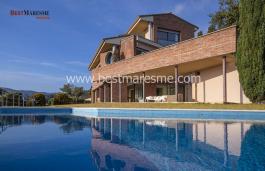 Espaciosa casa de dividida en cuatro, situada en una parcela ajardinada de mil metros cuadrado con impresionantes vistas al mar.