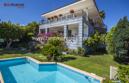 Thanks to the orientation, it enjoys magnificent views of the city and the sea. Large private garden