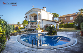 A classic style house built on a 800m2 plot of in the center of Vilassar de Dalt.  274 m2 living Surface built, distributed over 2 floors plus attic and basement.