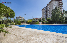 Central apartment for sale in Vilassar de Mar, with a large community area with swimming pool, close to services, shops and public transport.