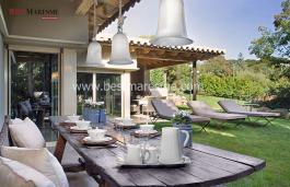 Ubicada dins d'un recinte molt privat que consta de:  La parcel·la de la casa principal de 2.217 m2 i la de la casa de convidats de 1.036 m2