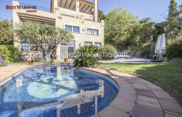 A large garden of more than 1,000 m2 surrounds the house, it is a relaxing space with swimming pool, barbecue area and porch.
