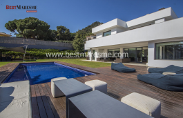 Modern architecture with a privileged location in the center of Cabrera de Mar.