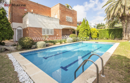 House for sale of 610 m2 built on a flat plot, with garden and pool