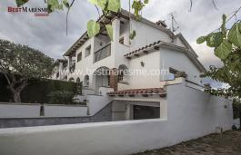 Preciosa casa esquinera en la población de Premia De Dalt.