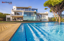 Built on a magnificent land up to 1584 m2 overlooking stunning views to the Mediterranean sea